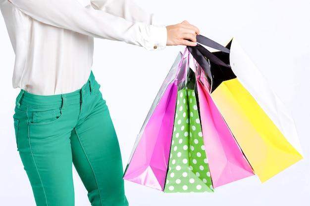 쇼핑백과 녹색 바지에 여자
