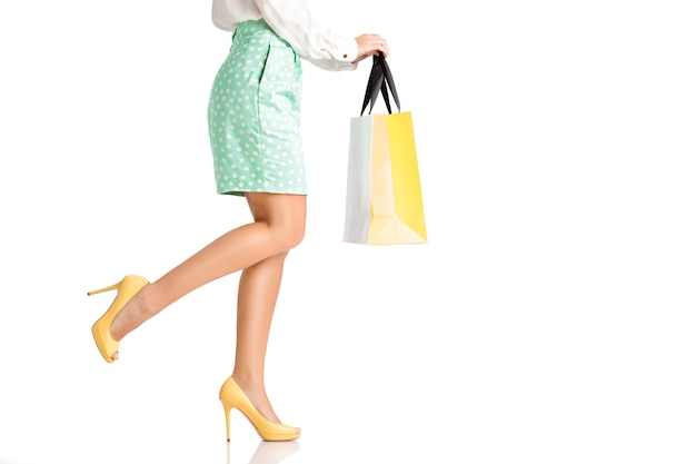 쇼핑 가방 흰색 배경에 고립 된 녹색 치마 여자
