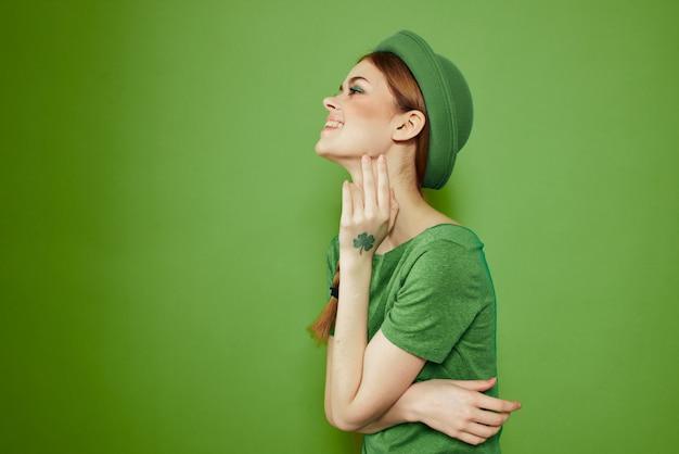 녹색, 성 패 트 릭의 날, 녹색 네 잎 클로버, 녹색 벽에 여자