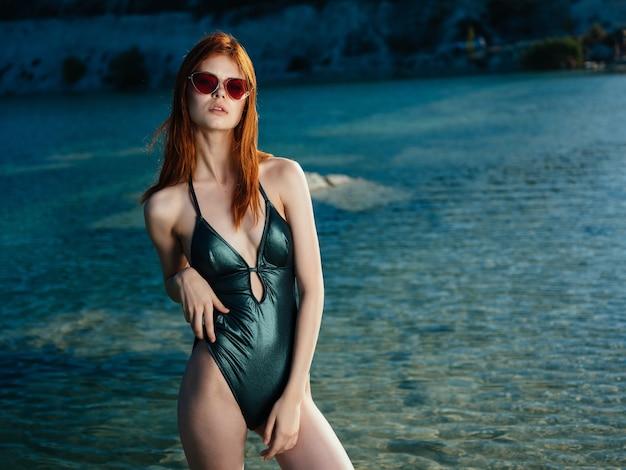 川の夏休み近くの緑の水着の女性