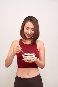 운동 후 건강 한 식사 체육관에서 여자