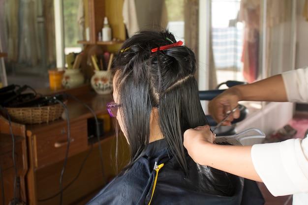 Женщина в парикмахерской делает ее прическа