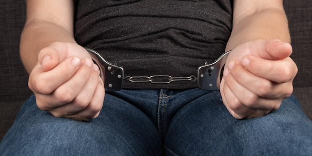 Женщина в наручниках заделывают, арест в преступлении концепции.