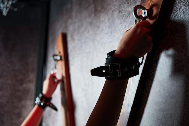 Женщина в наручниках для взрослых игр