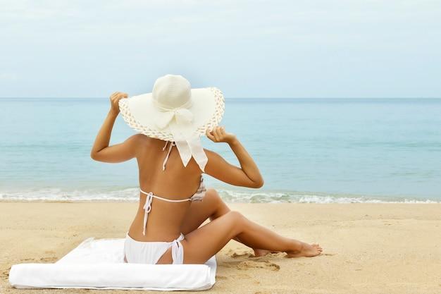 Женщина в шляпе на пляже