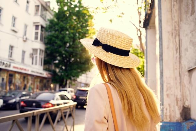 도시 화창한 날 라이프 스타일에 걷는 모자에있는 여자