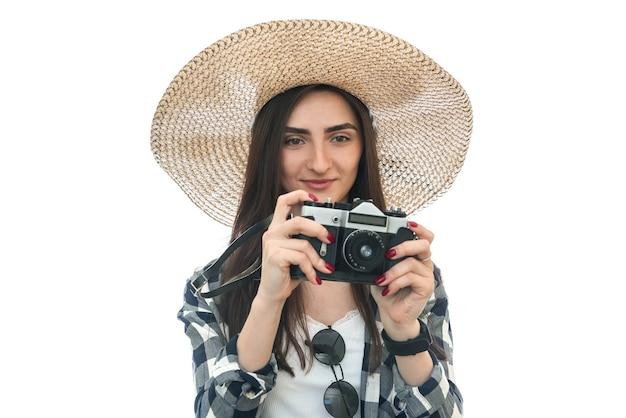白で隔離のカメラと帽子の女性