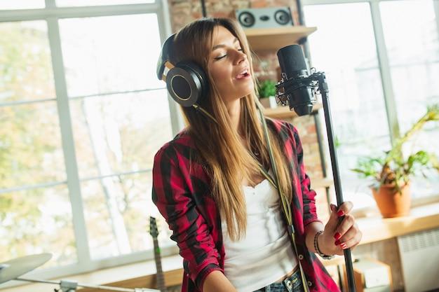 音楽を録音するヘッドフォンでの女性
