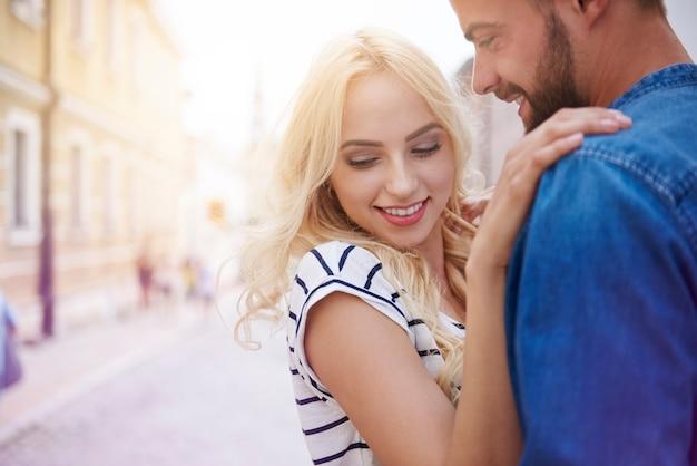 그녀의 남자 친구의 팔에있는 여자