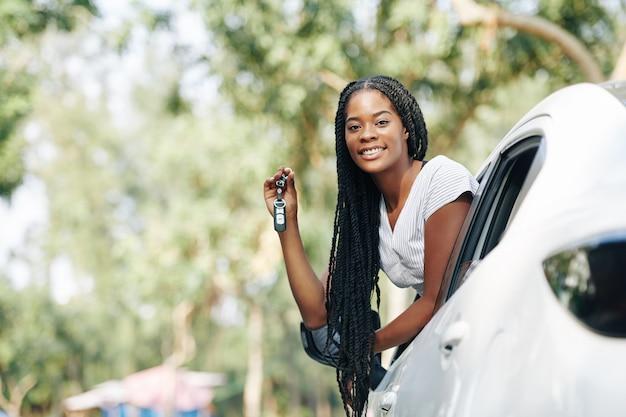 女性と彼女の新しい車