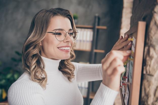 Женщина в офисе закрепляет задачи