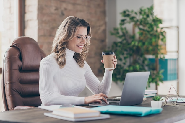 노트북에서 일하는 그녀의 사무실에있는 여자