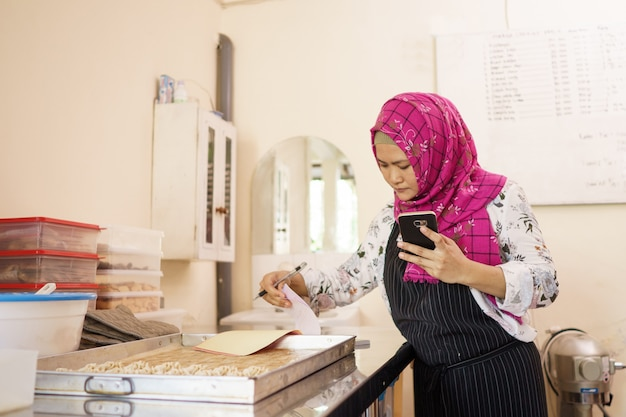 Женщина в своей мастерской выпечки торта