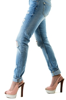 ホットピンクのハイヒールとジーンズの女性