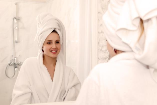Женщина в ванной комнате отеля после душа