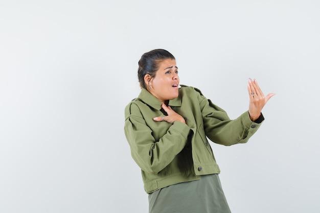 재킷을 입은 여자, 티셔츠를 입고 불안해하는 모습
