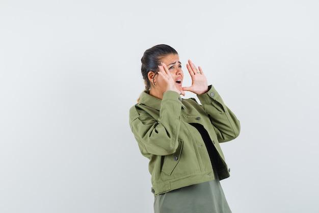 재킷을 입은 여자, 티셔츠를 외치거나 무언가를 발표하고 불안해하는 모습