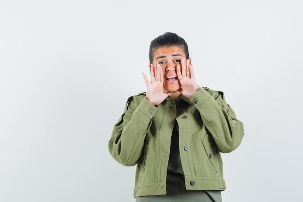 재킷을 입은 여성, 비밀을 말하거나 무언가를 발표하는 티셔츠