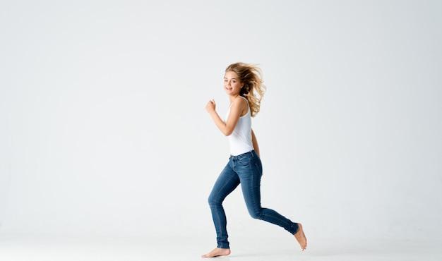Женщина в джинсах босиком положительный свет движения фон