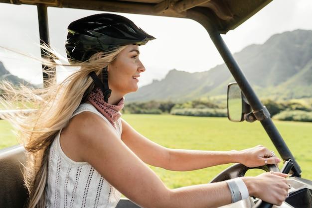 ハワイのジープ車の女性