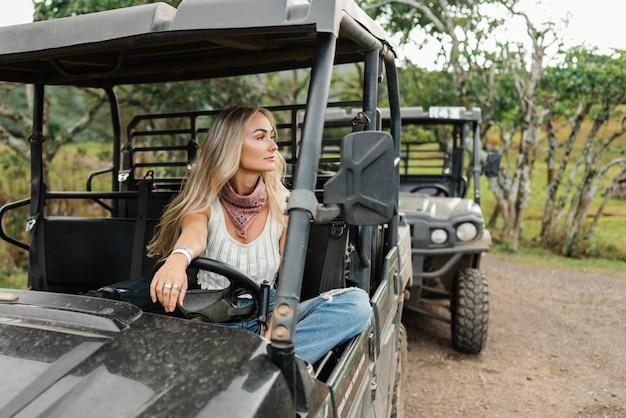 Женщина в машине джип на гавайях