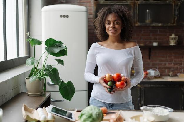 Женщина на кухне с овощами