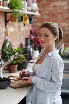 キッチンの女性