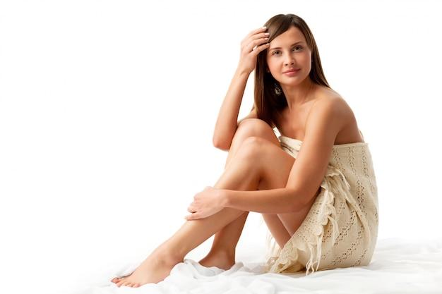 Женщина в вязаном платье сидит