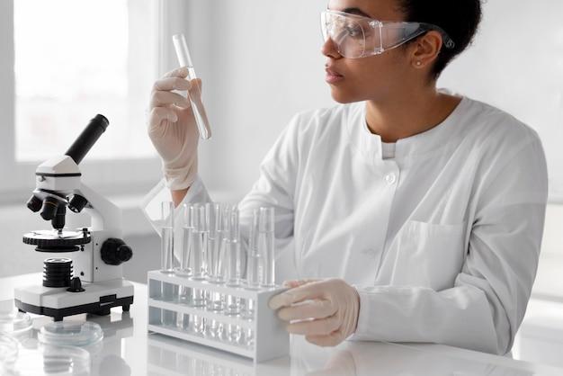 Женщина в лаборатории делает эксперименты