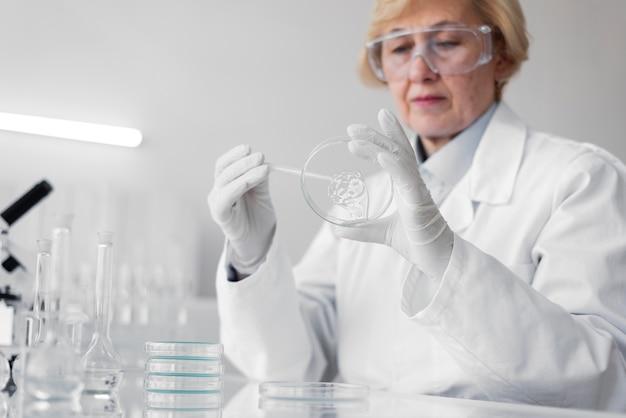 実験をしている実験室の女性