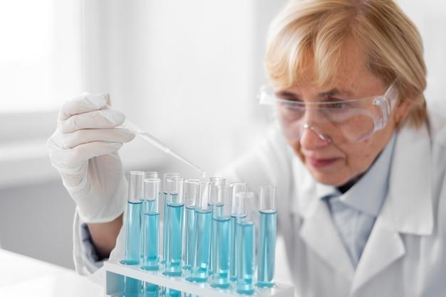 실험을하는 실험실에서 여자
