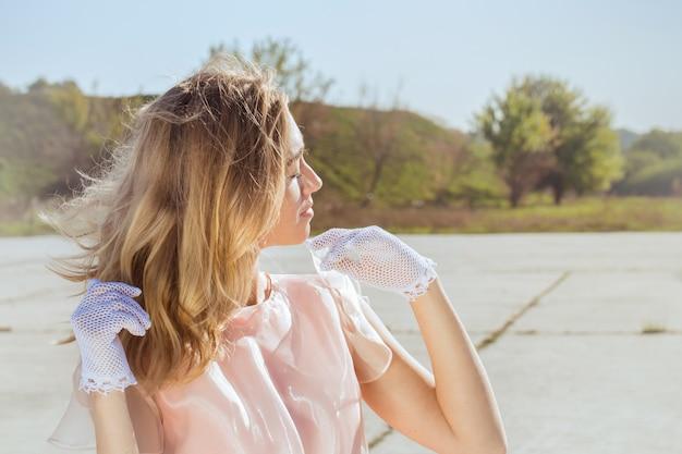 복고 스타일 레이스 흰 장갑에 여자