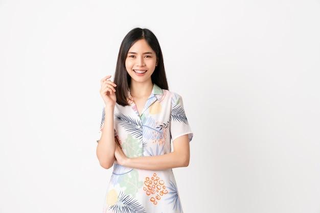 明るい色のドレスを着て、白の上に立つ女性。