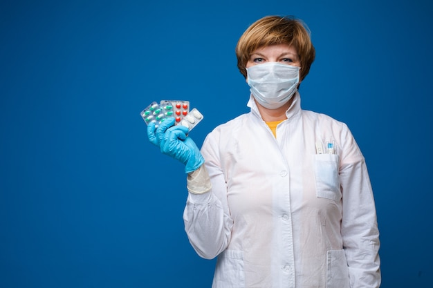 Женщина в маске с таблетками