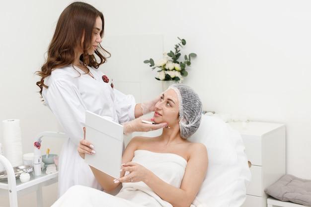 미용사의 사무실에서 의료 모자에있는 여자 프리미엄 사진