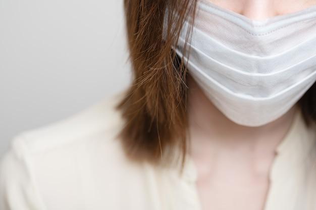 Женщина в медицинской маске. одноразовое устройство. средства профилактики от вирусов и болезней.
