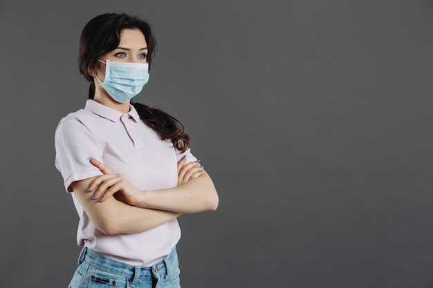 Женщина в медицинской маске, защищая от коронавируса. утепление дома и карантин.