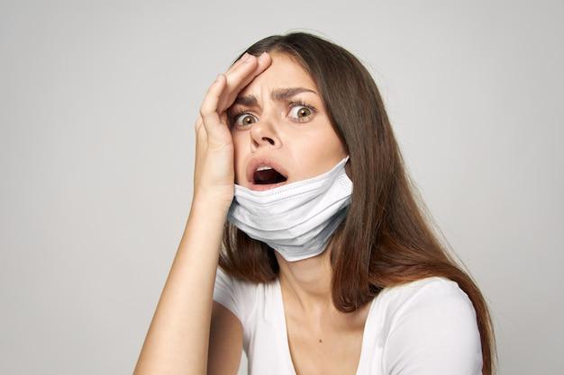 Женщина в медицинской маске удивлен взглядом с открытым ртом