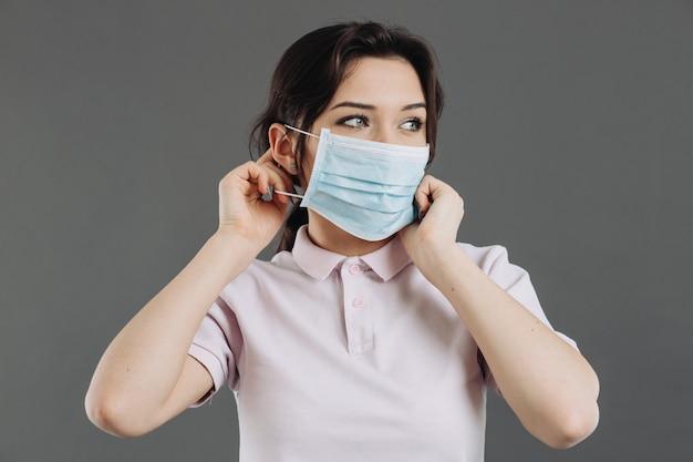 Женщина в медицинской защитной маске. профилактика коронавируса и острых респираторных заболеваний