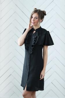 ミニ黒の毎日のドレスを着た女性