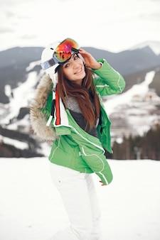 冬の日の山の女性。スキーユニフォームの女性。