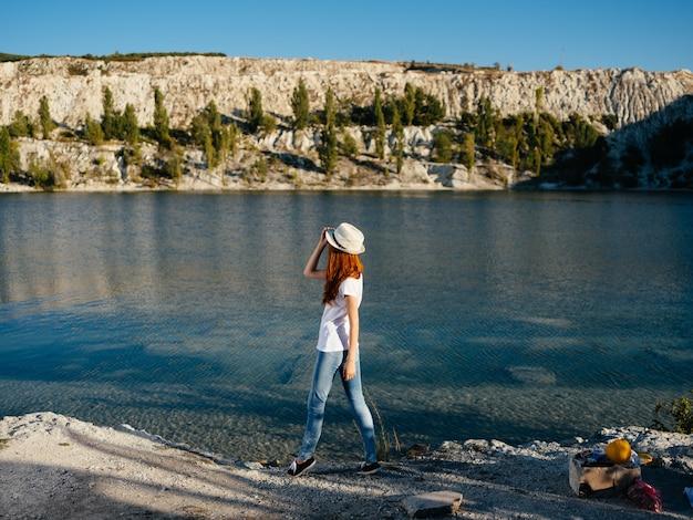 自然の中の女性は、風景の夏休みを賞賛します
