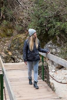 自然の中で探検する女性