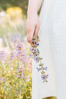 花を保持している自然の中で女性