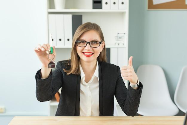 사무실에있는 여자