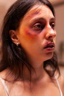 Женщина испытывает боль после жестокого обращения и травмы со стороны ужасающего любовника