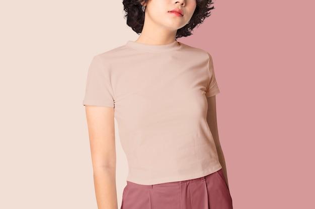 ピンクのクロップトップファッション撮影の女性
