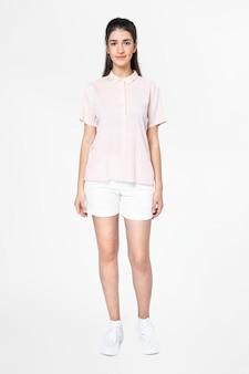 ピンクのシャツとショートパンツの女性カジュアルアパレル全身