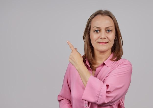横に人差し指で手をつないでピンクのシャツの女性