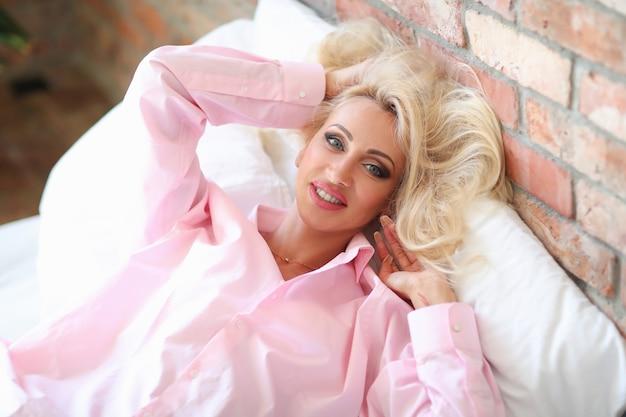 ピンクのシャツの女性